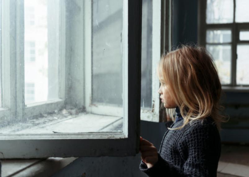 Есть еще сын. Что известно о матери из Сафонова, чьи дети выпали из окна и находятся в больнице