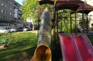 В трех районах Смоленска начали строить детские игровые городки