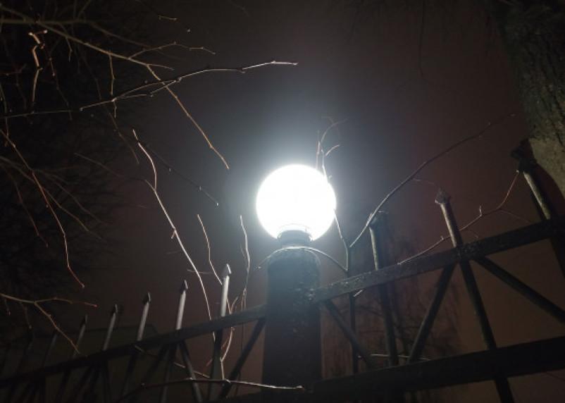 Житель Шумячей разбомбил светильники в парке
