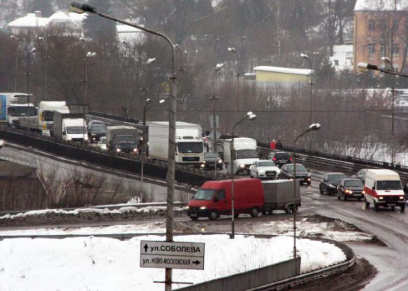 «Ногами утаптывали?». Как в Смоленске за ночь отремонтировали дороги на Крестовоздвиженском и Успенском мостах