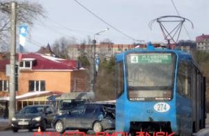 На улице Дзержинского трамвай смачно «поцеловал» легковушку