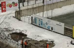 Это место копают каждую зиму. В Смоленске на Киселёвке очередной порыв трубопровода?