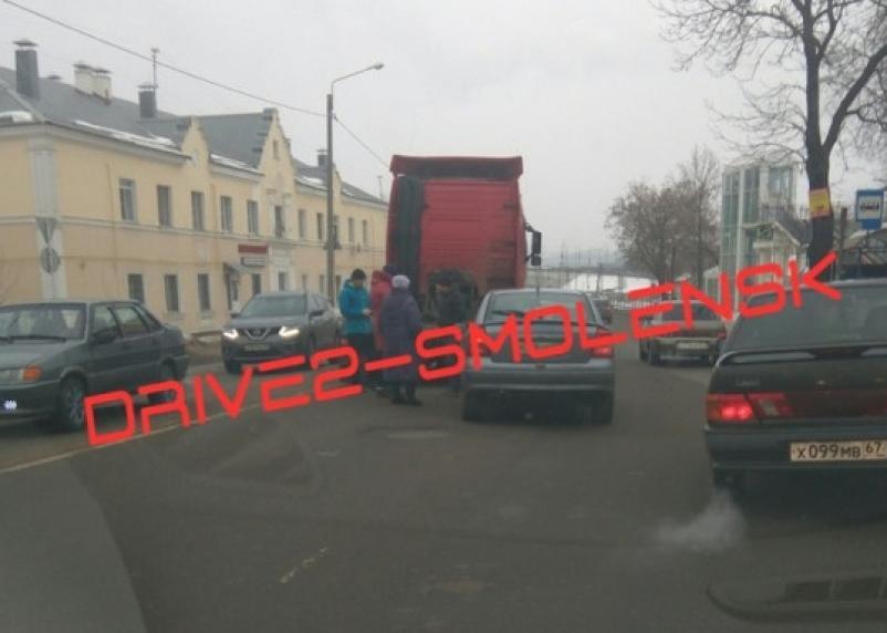 Из-за аварии на «шайбе» собирается пробка в сторону Колхозной площади