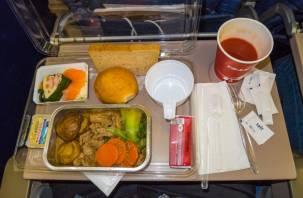Курица или рыба? Россияне назвали любимые блюда и напитки на борту самолета