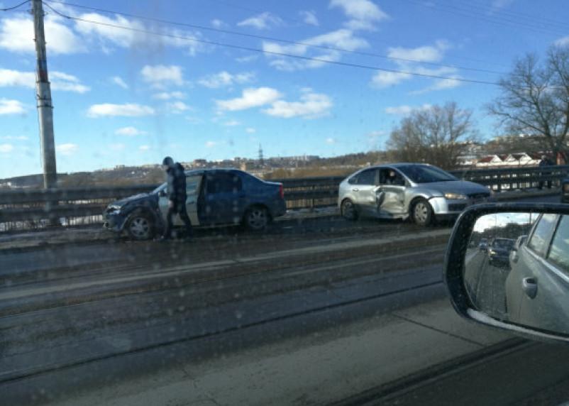 Авто разбросаны посреди дороги. На мосту через Днепр в Смоленске схлестнулись две иномарки