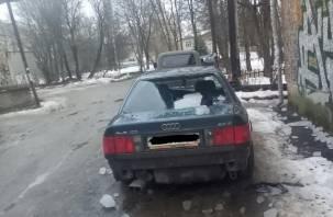 В Смоленске ледяная глыба повредила два автомобиля