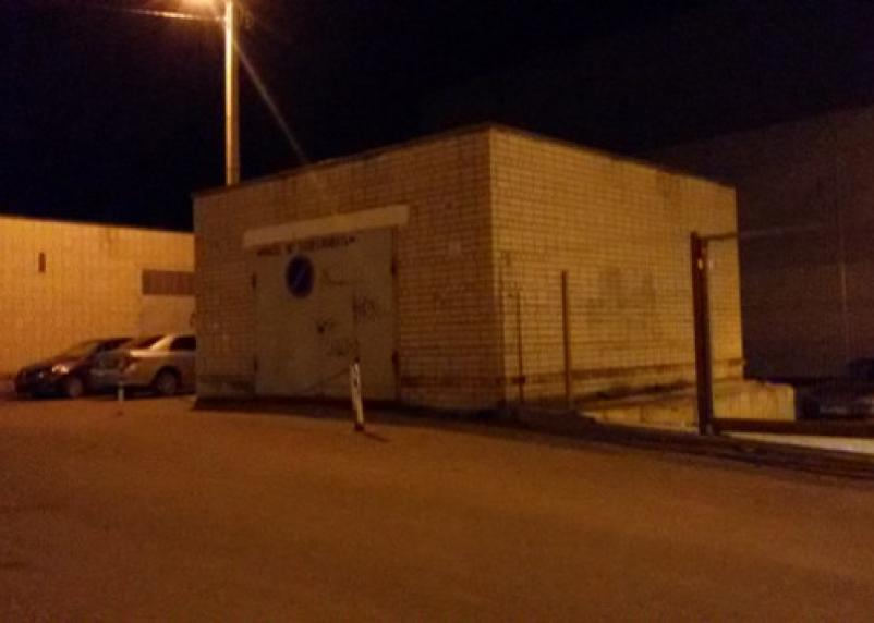 Смолянин установил на своём гараже дорожный знак. Полиция требует демонтировать