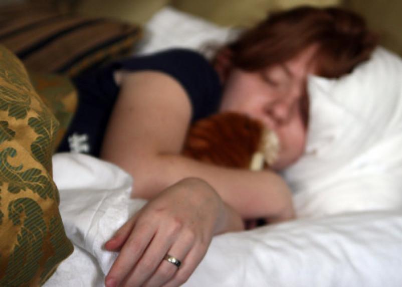 Не компенсирует недосып. Миф о пользе сна в выходные развеяли ученые