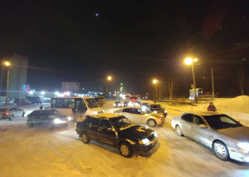 Транспортный хаос в Заднепровье не передать словами. Появились фото и видео гигантского затора в Смоленске