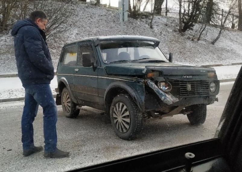 В Смоленске на улице Дзержинского произошло тройное ДТП