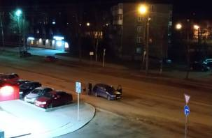 Била капотом по голове. Видео задержания неадекватного водителя в Смоленске попало в Сеть
