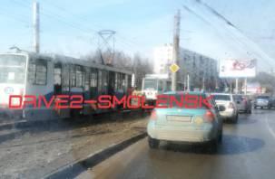 Проезд перекрыт. В Смоленске произошло ДТП с трамваем