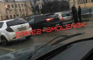 В Смоленске утро началось с ДТП. Движение транспорта затруднено