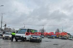В Смоленске на Кашена маршрутка и внедорожник не поделили дорогу