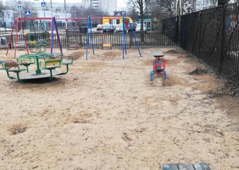 Скандальную детскую площадку в Смоленске убрали от мусора