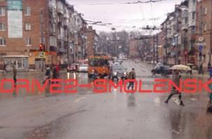 Троллейбус и легковушка схлестнулись на трех дорогах в Смоленске