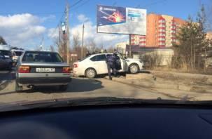 Скорая, спасатели достают человека. В Смоленске жёсткое ДТП на Гагарина