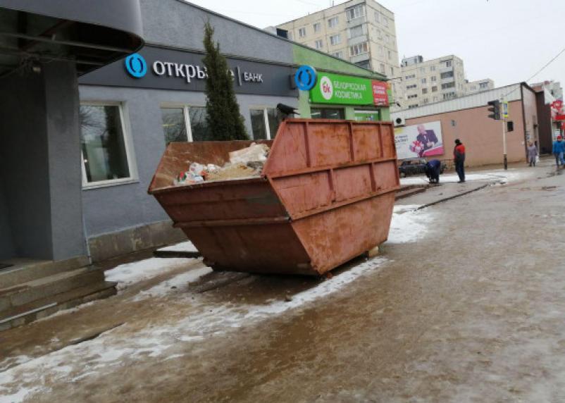 Смоляне возмущены строительными контейнерами на тротуарах