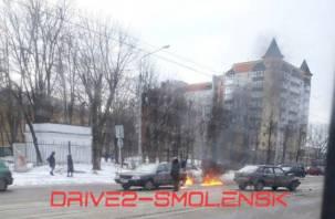 В Смоленске во время жёсткого ДТП загорелась машина
