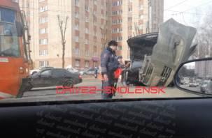 Движение трамваев остановлено. В Смоленске в ДТП иномарке оторвало перед