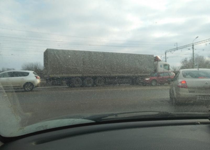 Собирается пробка. На Московском шоссе произошло серьезное ДТП