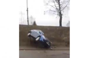 Смачно занесло. В Сети появилось видео «перевертыша» возле танка на Кутузова