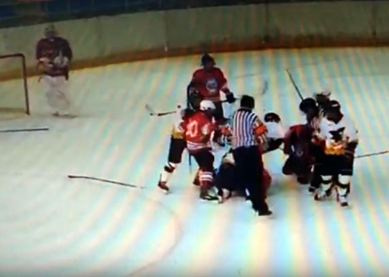 Юные хоккеисты устроили драку на турнире «Золотая шайба» в Смоленске
