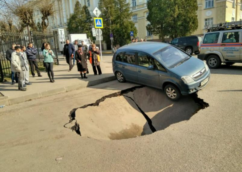 Фото дня: полный провал у Дома Советов в Смоленске