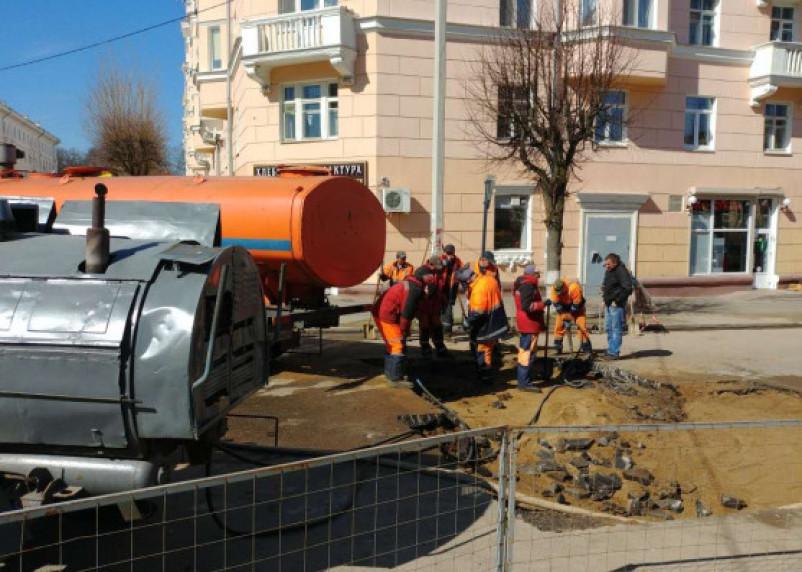 В Смоленске ликвидируют последствия провала асфальта у Дома Советов