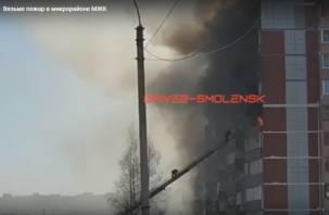 В Вязьме в горящей квартире погибла девушка. Видео пожара попало в Сеть
