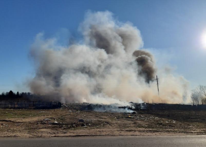 В Ярцевском районе мощнейший пожар. Горит свалка