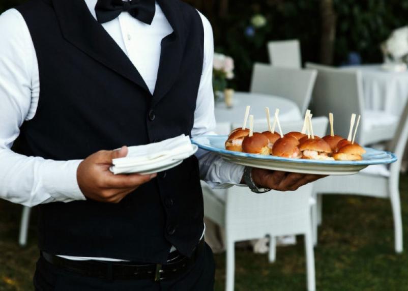 Названа средняя зарплата смоленского официанта