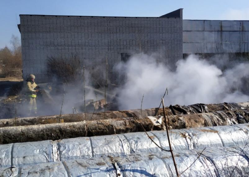 Пожарные на месте. Трава и утеплитель теплотрассы загорелись в Смоленске