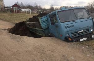 Еще один полный провал. КамАЗ ушел под землю в Смоленском районе