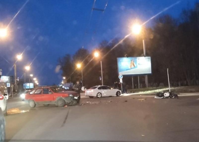 Водитель мотоцикла лежит на пешеходной дорожке. В Смоленске на Краснинском шоссе серьёзное ДТП