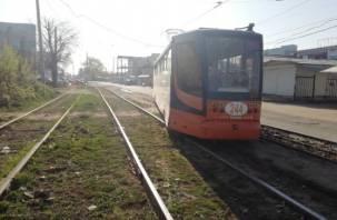 «Валит боком»: в Смоленске трамвай сошел с рельсов в утренний час-пик