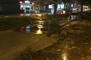 Купальный сезон открыт. В Смоленске прорвало воду на Краснинском шоссе