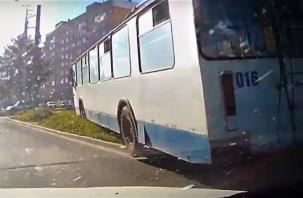 В Смоленске троллейбус «вынесло» с проезжей части