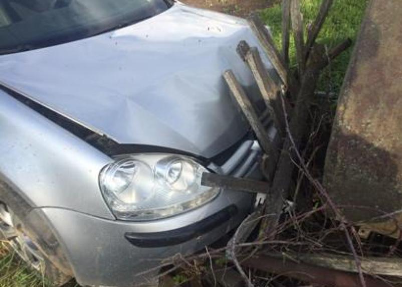 В Духовщинском районе иномарка в гаражах пошла на таран. Пострадали два человека