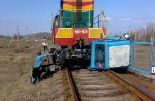 Не успел. Тракторист в Смоленской области решил проскочить перед локомотивом