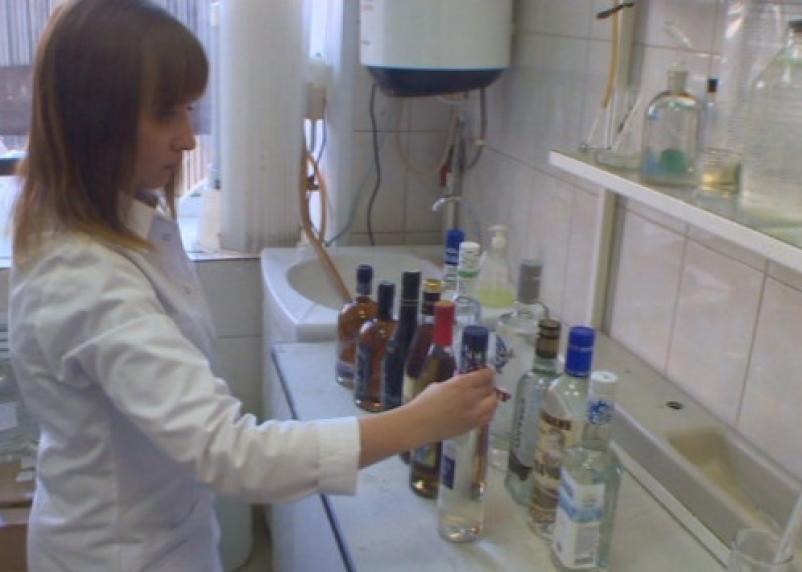 Смолянин клеил на «левый» алкоголь этикетки элитного виски и продавал его