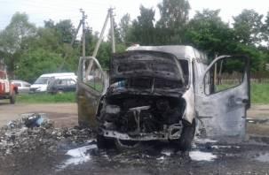 В Хиславичах сгорел фургон «Рено»