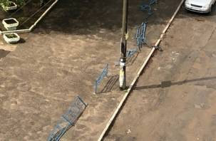 «Змейку проходил». В Смоленске снесён забор, а Ауди торчит в столбе