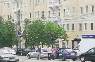 Движение затруднено. В Смоленске таксист врезался в учебный автомобиль