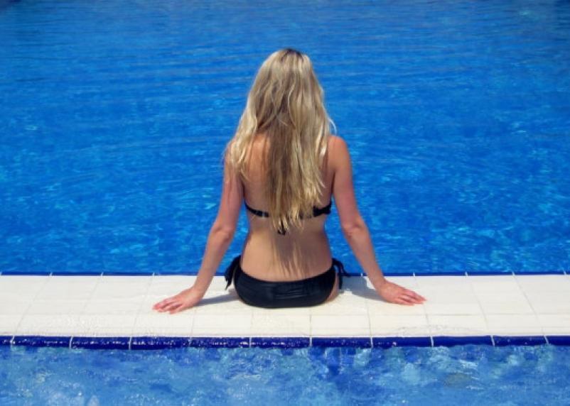 Специалисты рассказали, в каком купальнике можно посещать бассейн