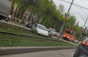 В Смоленске отечественная легковушка вылетела на трамвайные рельсы