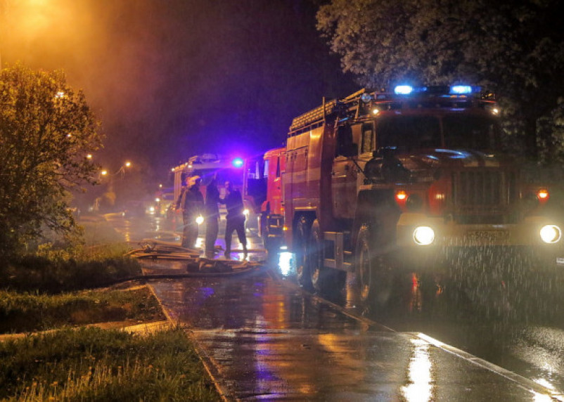 Грозовой разряд поджёг строения в Хиславичах