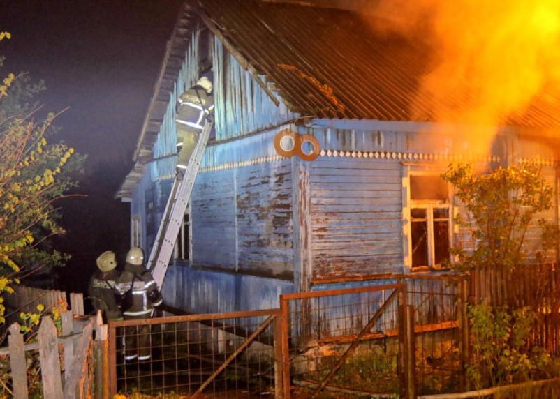 Следователи СК устанавливают причину гибели двух человек в пожаре в Хиславичском районе