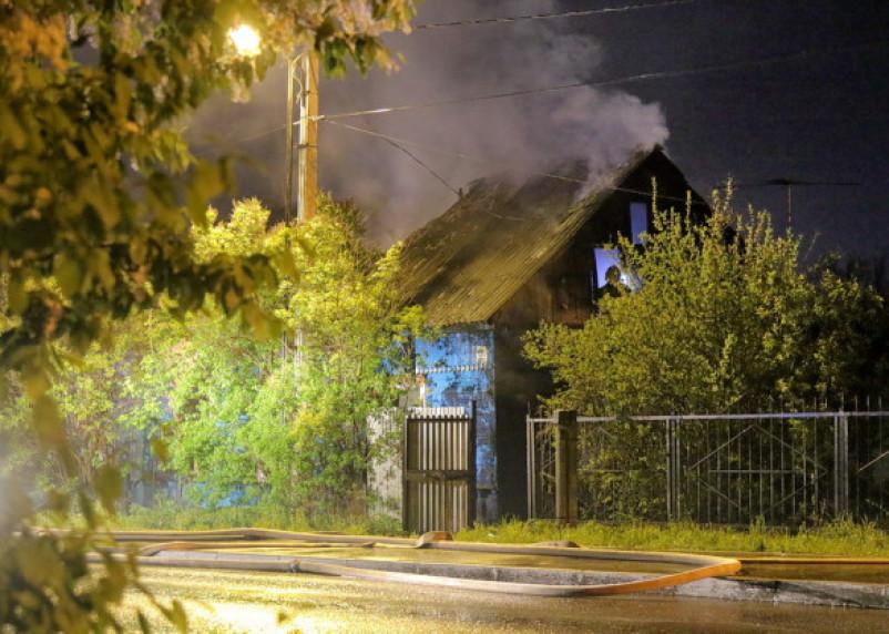 Соседи помогли смолянам спасти дом от огня