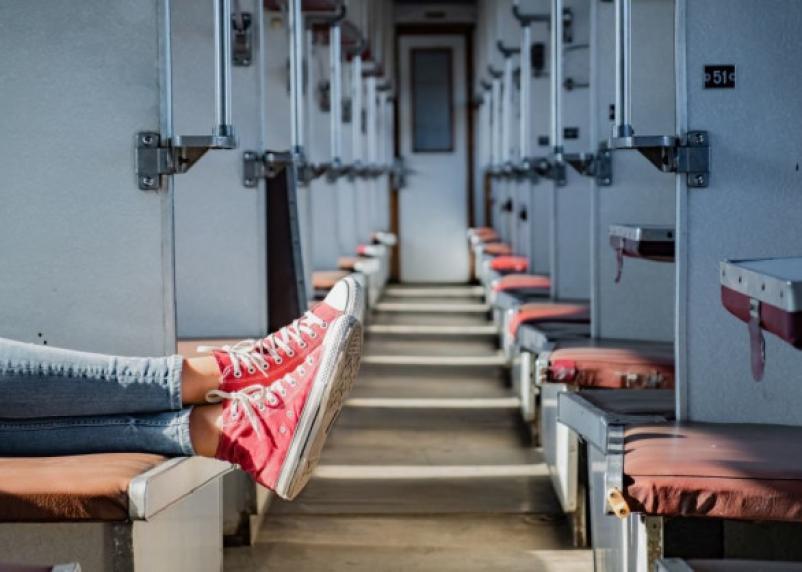 Житель Дорогобужа стащил у спящего в поезде пассажира мобильник